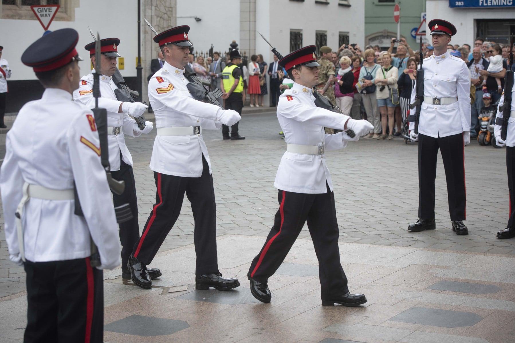cambio-de-guardia-en-gibraltar-por-boda-real_40402218430_o