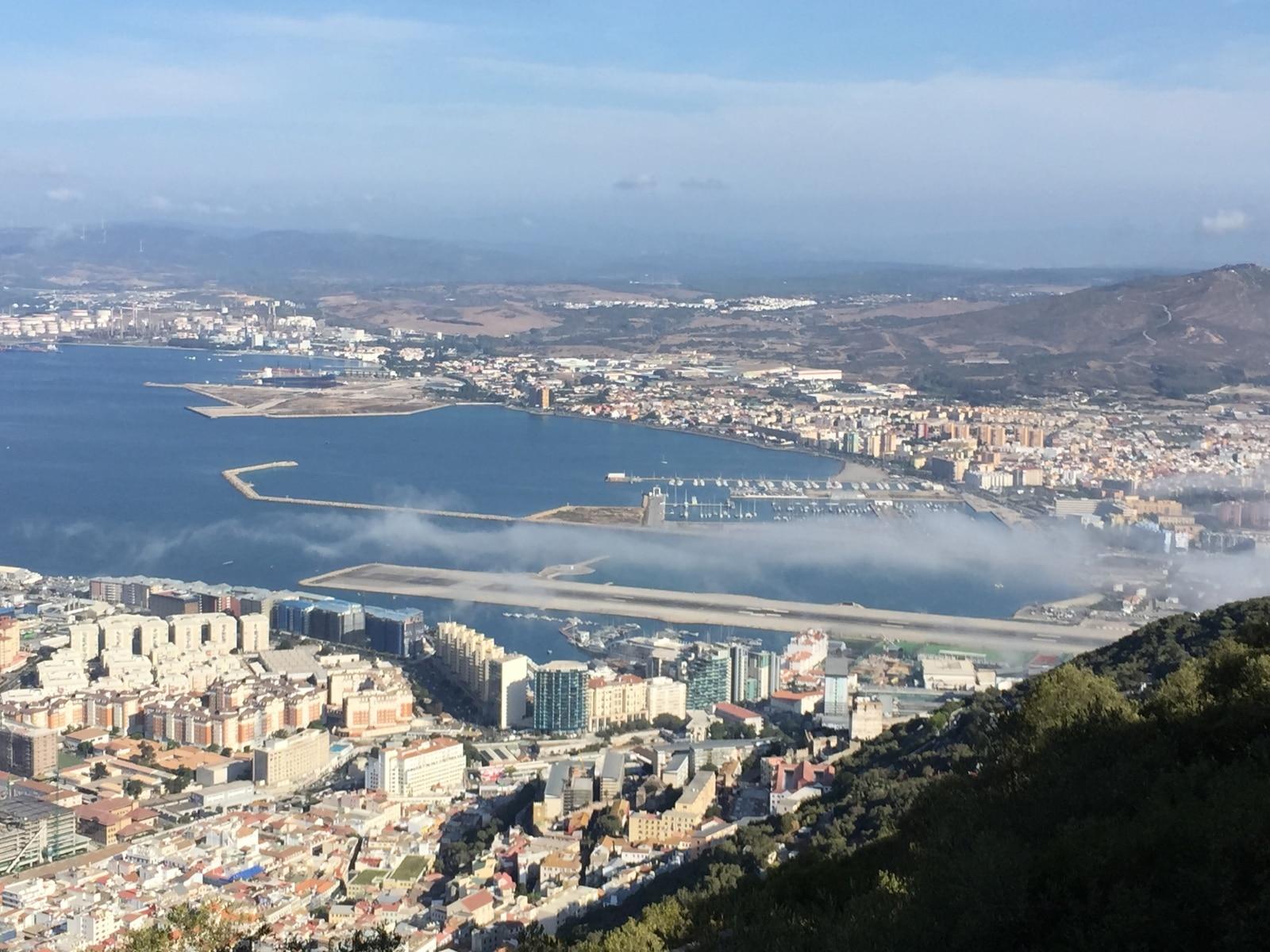 la-nube-de-levante-se-desliza-por-la-pista-del-aeropuerto-de-gibraltar_22118435473_o