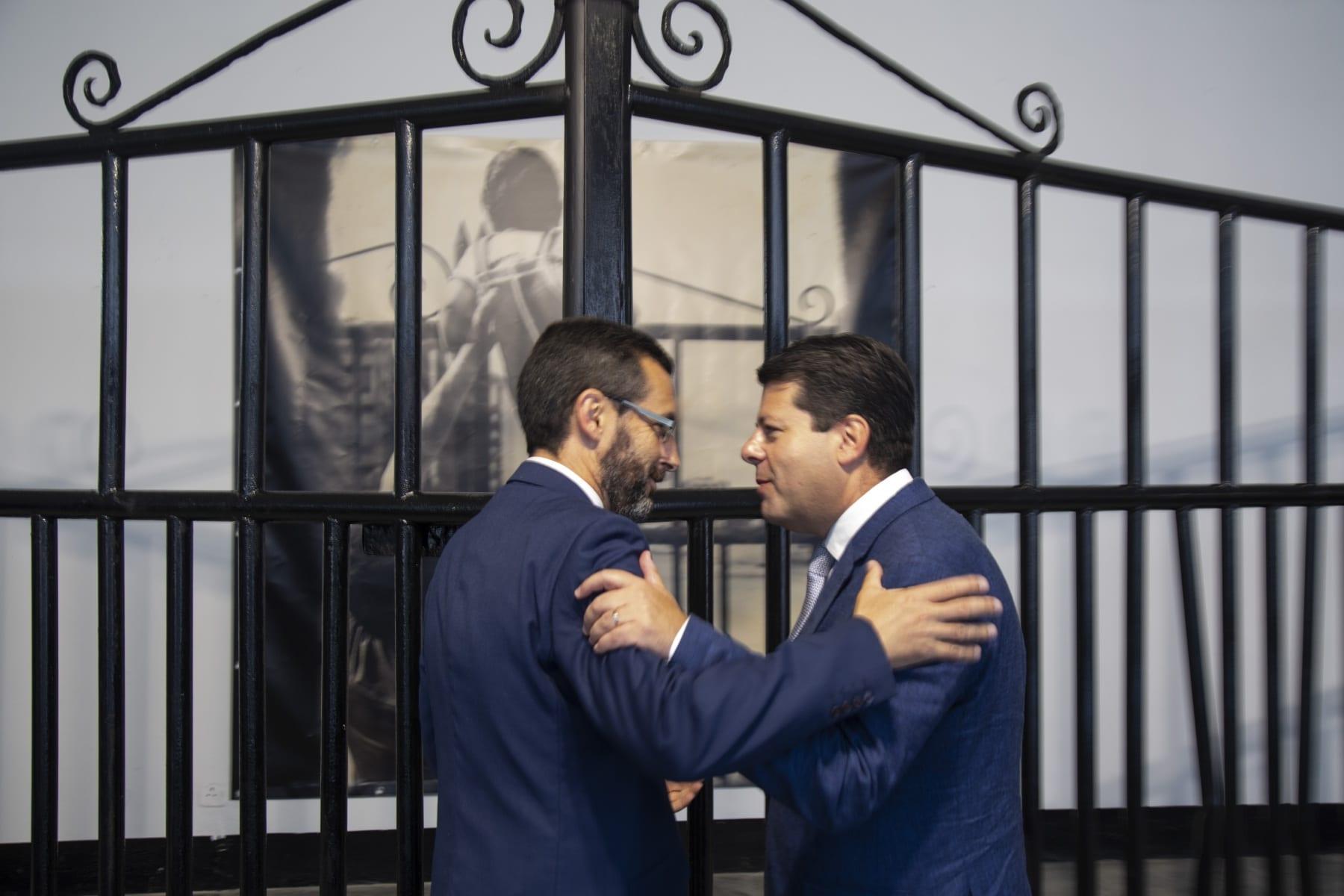 Juan-Franco-izda.-y-Fabian-Picardo-en-la-exposicion-del-50-aniversario