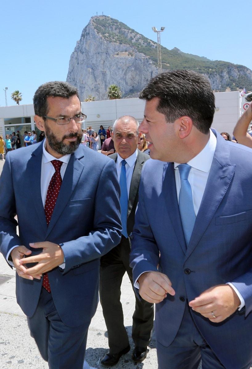 Juan-Franco-izquierda-y-Fabian-Picardo-derecha-momentos-antes-del-cierre-de-las-actividades-de-recuerdo-del-cierre-en-La-Linea
