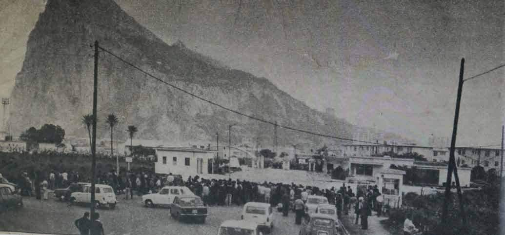 La-frontera-cerrada-vista-desde-Espana-con-numerosas-personas-agolpadas-para-poder-ver-a-sus-seres-queridos.-Fotografia-de-Gibraltar-Chronicle