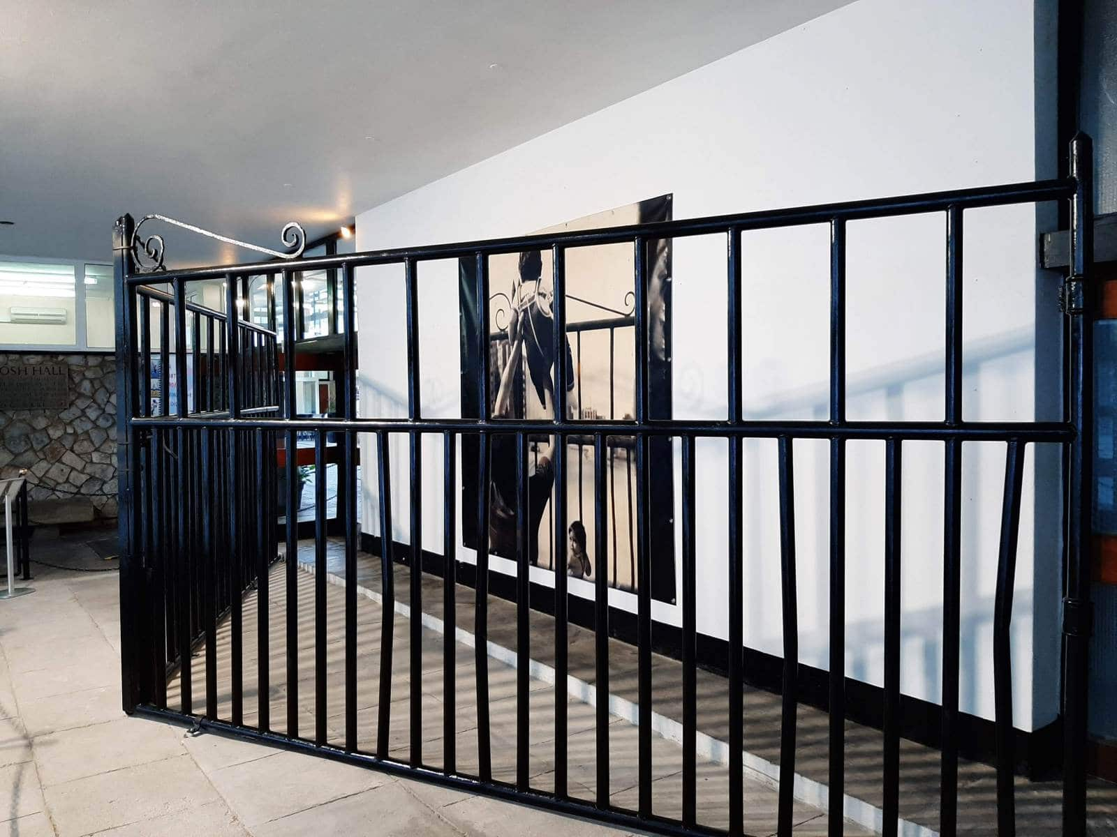Las-verjas-originales-espanolas-expuestas-en-John-Mackintosh-Hall-con-motivo-de-'Closure.