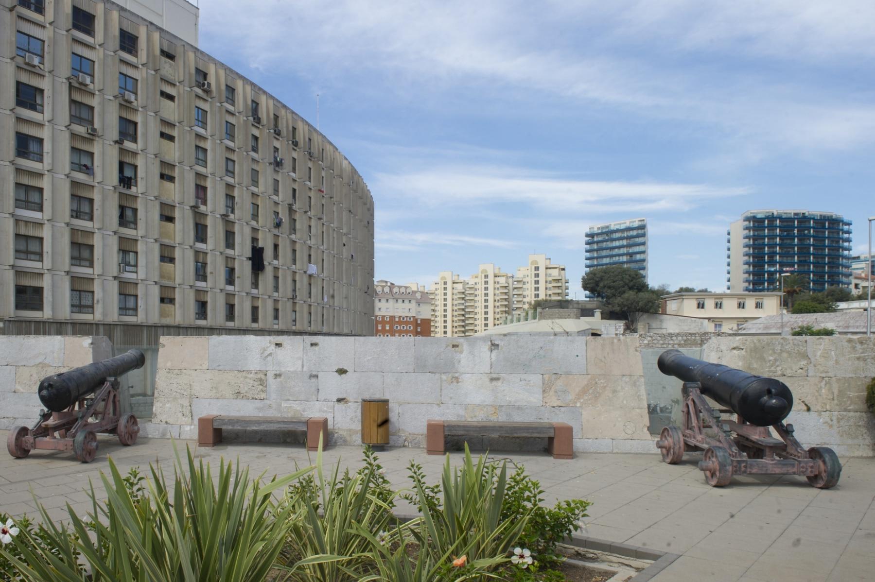 bateras-de-defensa-del-siglo-xviii-se-combinan-con-modernos-desarrollos-urbansticos-en-la-ciudad-de-gibraltar_22726532912_o
