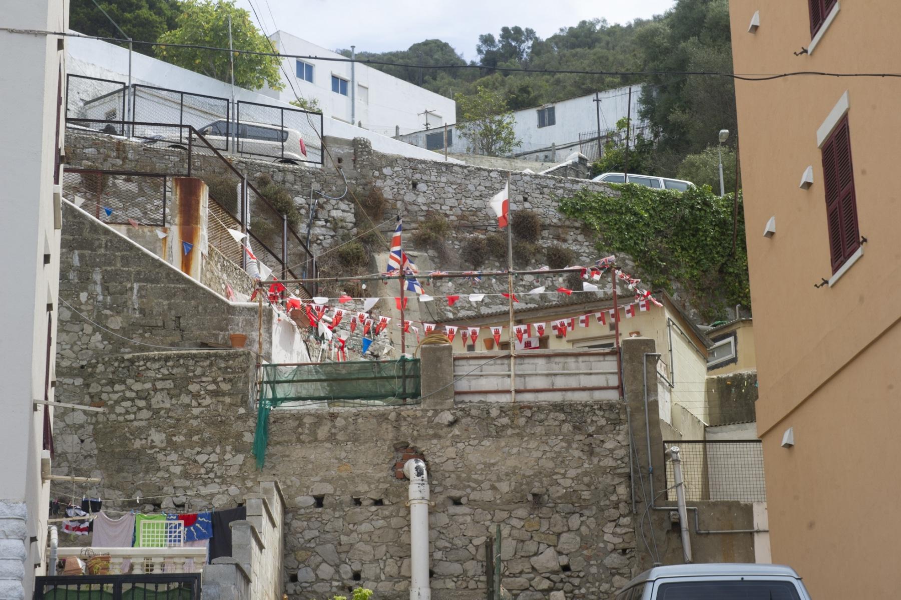con-motivo-del-da-nacional-de-gibraltar-10-de-septiembre-calles-casas-y-patios-se-engalanan-con-los-colores-nacionales_22726753932_o