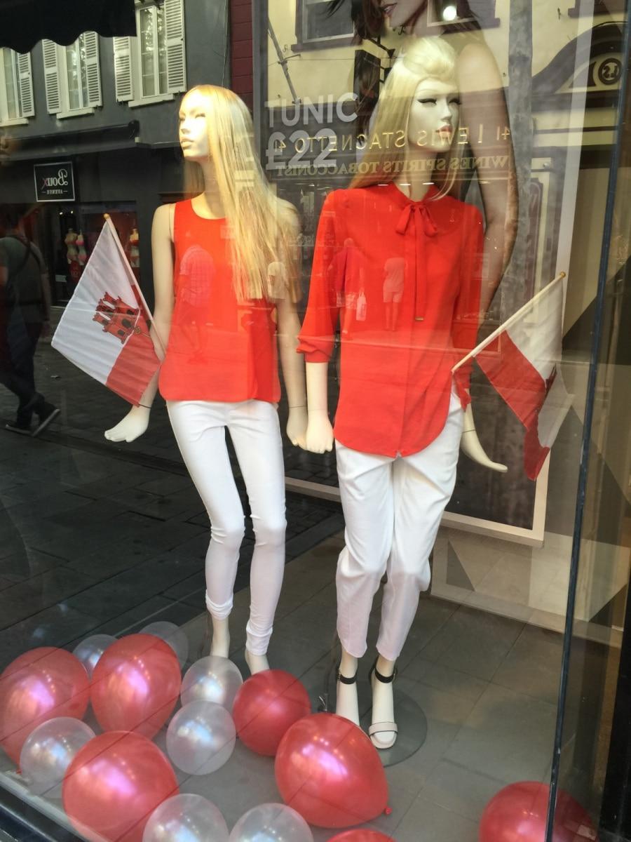 con-motivo-del-da-nacional-de-gibraltar-10-de-septiembre-todos-los-escaparates-de-gibraltar-se-visten-de-blanco-y-rojo_22552710360_o