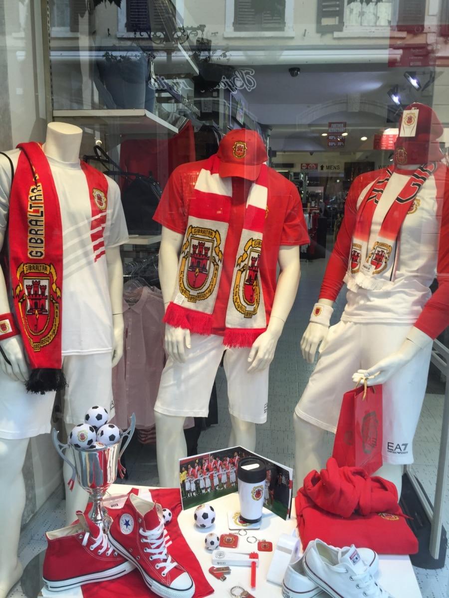 con-motivo-del-da-nacional-de-gibraltar-10-de-septiembre-todos-los-escaparates-de-gibraltar-se-visten-de-blanco-y-rojo_22727055262_o