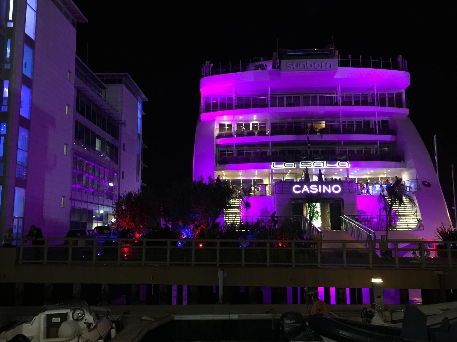 el-hotel-flotante-de-lujo-sunborn-est-permanentemente-en-la-marina-de-ocean-village-de-gibraltar-y-cuenta-con-un-casino-inaugurado-en-2015_22117876504_o