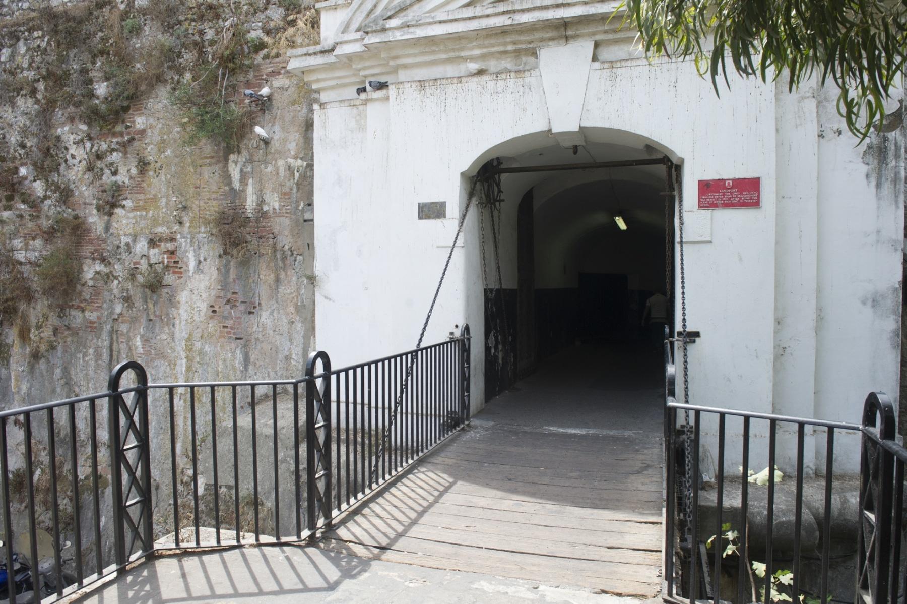 en-su-da-la-entrada-a-gibraltar-se-haca-por-esta-angosta-puerta-defendida-por-un-puente-colgante_22117514294_o
