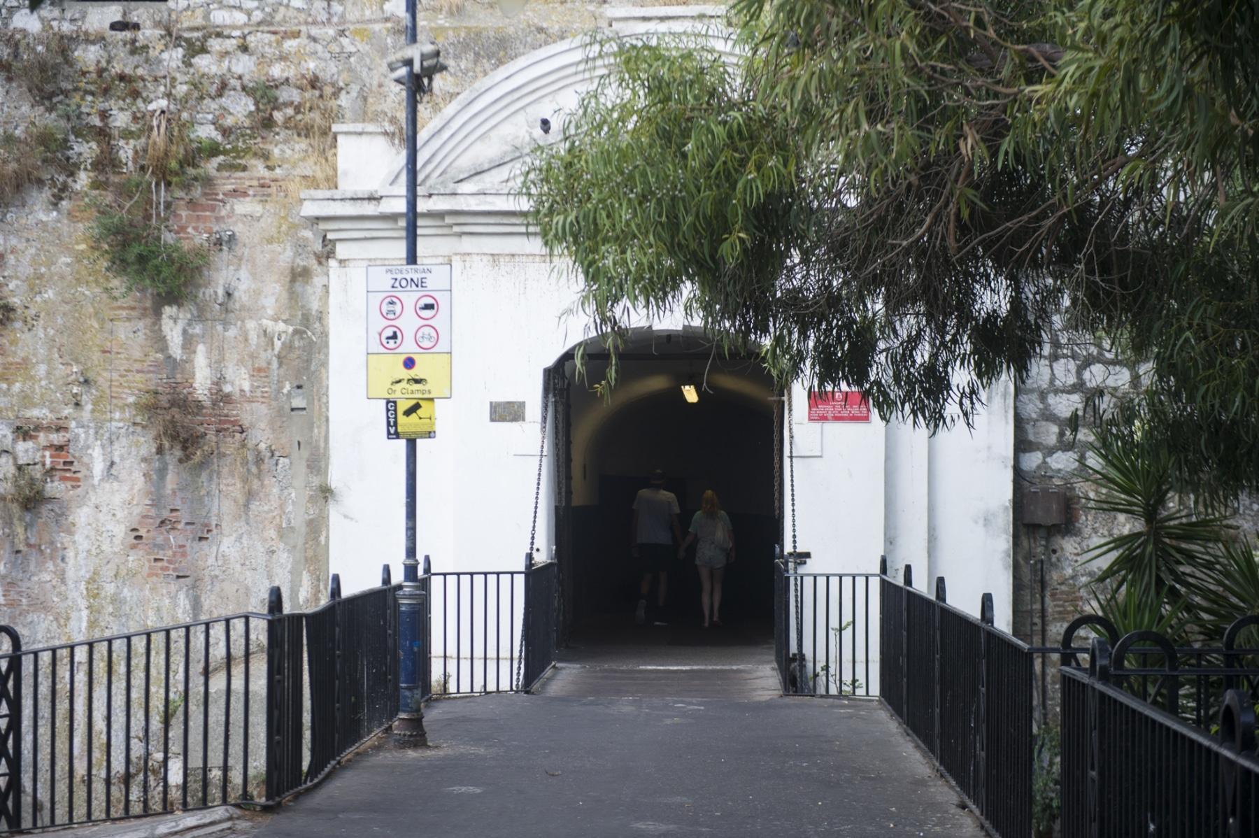 en-su-da-la-entrada-a-gibraltar-se-haca-por-esta-angosta-puerta-defendida-por-un-puente-colgante_22552556710_o
