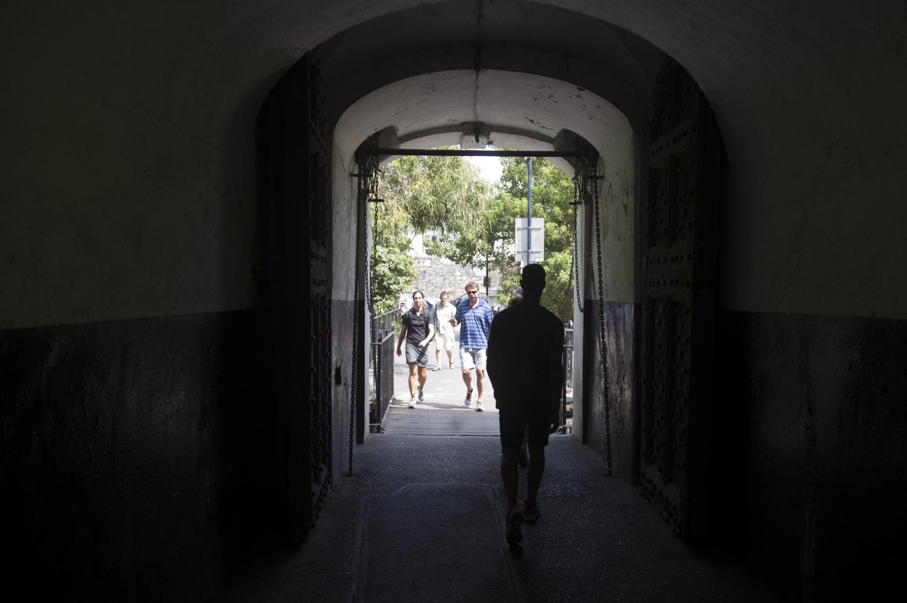 en-su-da-la-entrada-a-gibraltar-se-haca-por-esta-angosta-puerta-defendida-por-un-puente-colgante_22740280655_o
