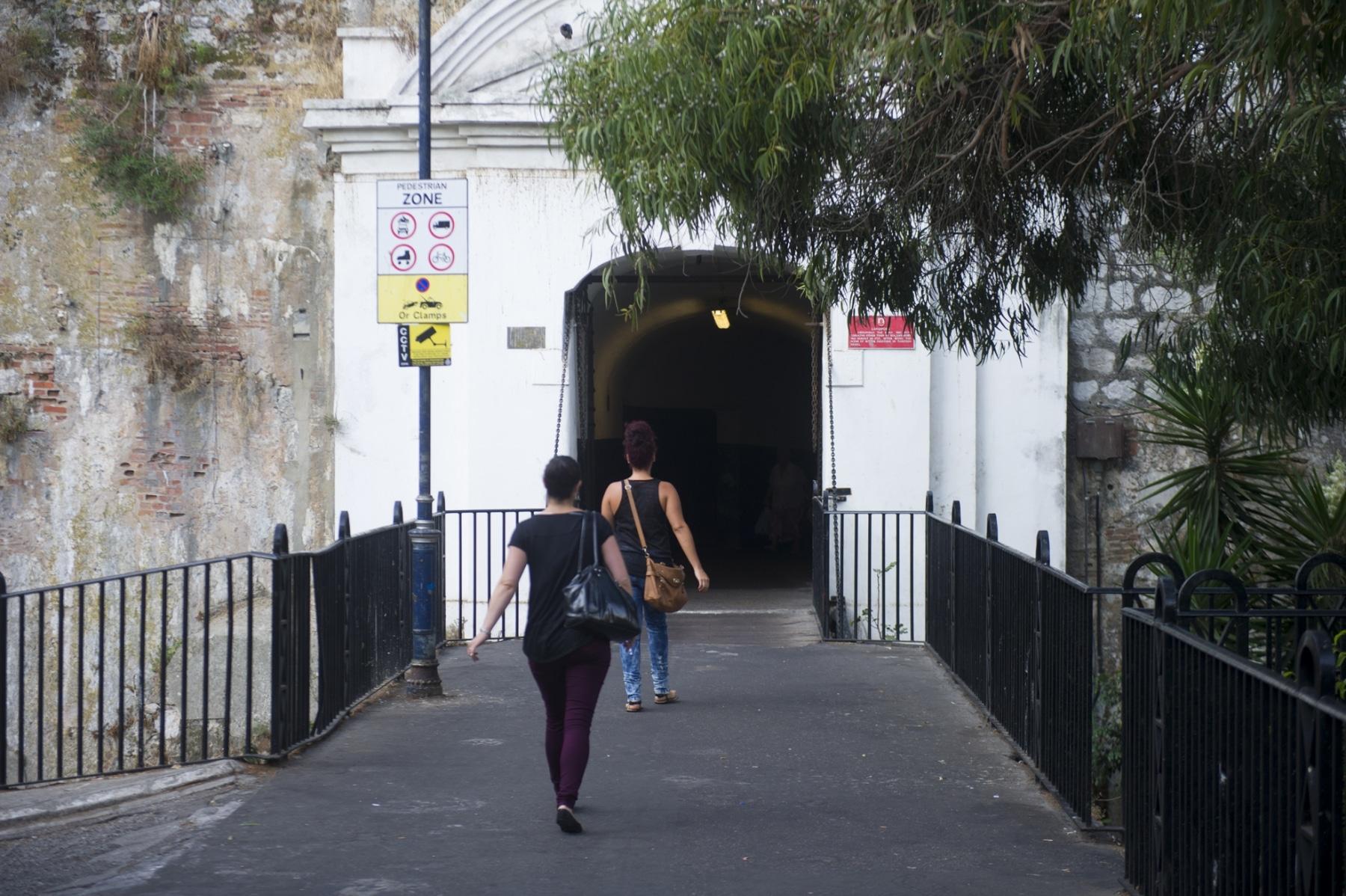 en-su-da-la-entrada-a-gibraltar-se-haca-por-esta-angosta-puerta-defendida-por-un-puente-colgante_22740458915_o