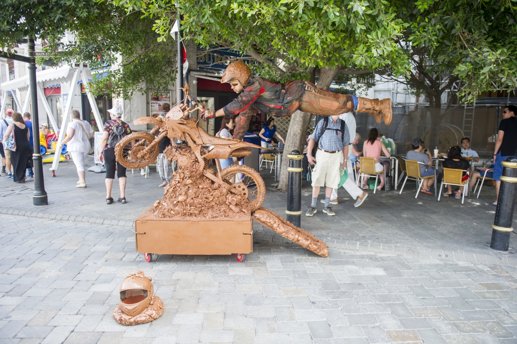 esculturas-humanas-en-la-plaza-de-casemates-en-gibraltar_22117531354_o