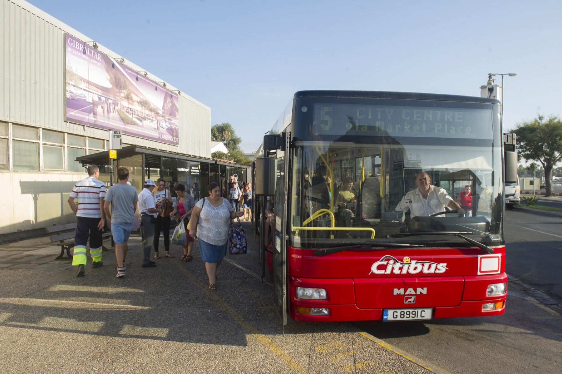 gibraltar-cuenta-con-una-importante-red-de-autobuses-urbanos-para-su-reducido-tamao-y-son-una-forma-ptima-y-barata-de-desplazarse-por-todo-el-pen_22714502166_o