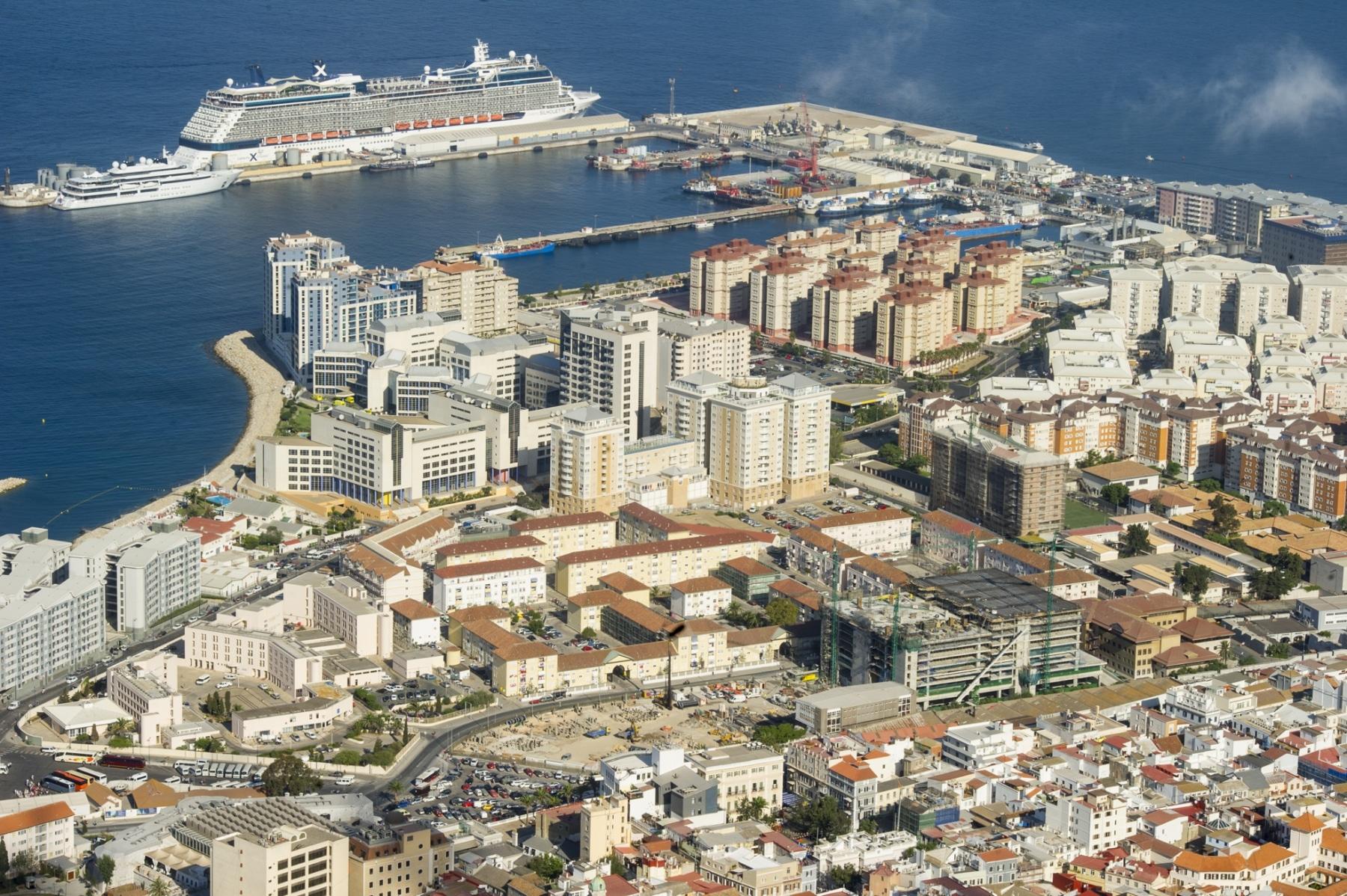 la-ciudad-y-un-crucero-en-el-puerto-de-gibraltar_22751585241_o