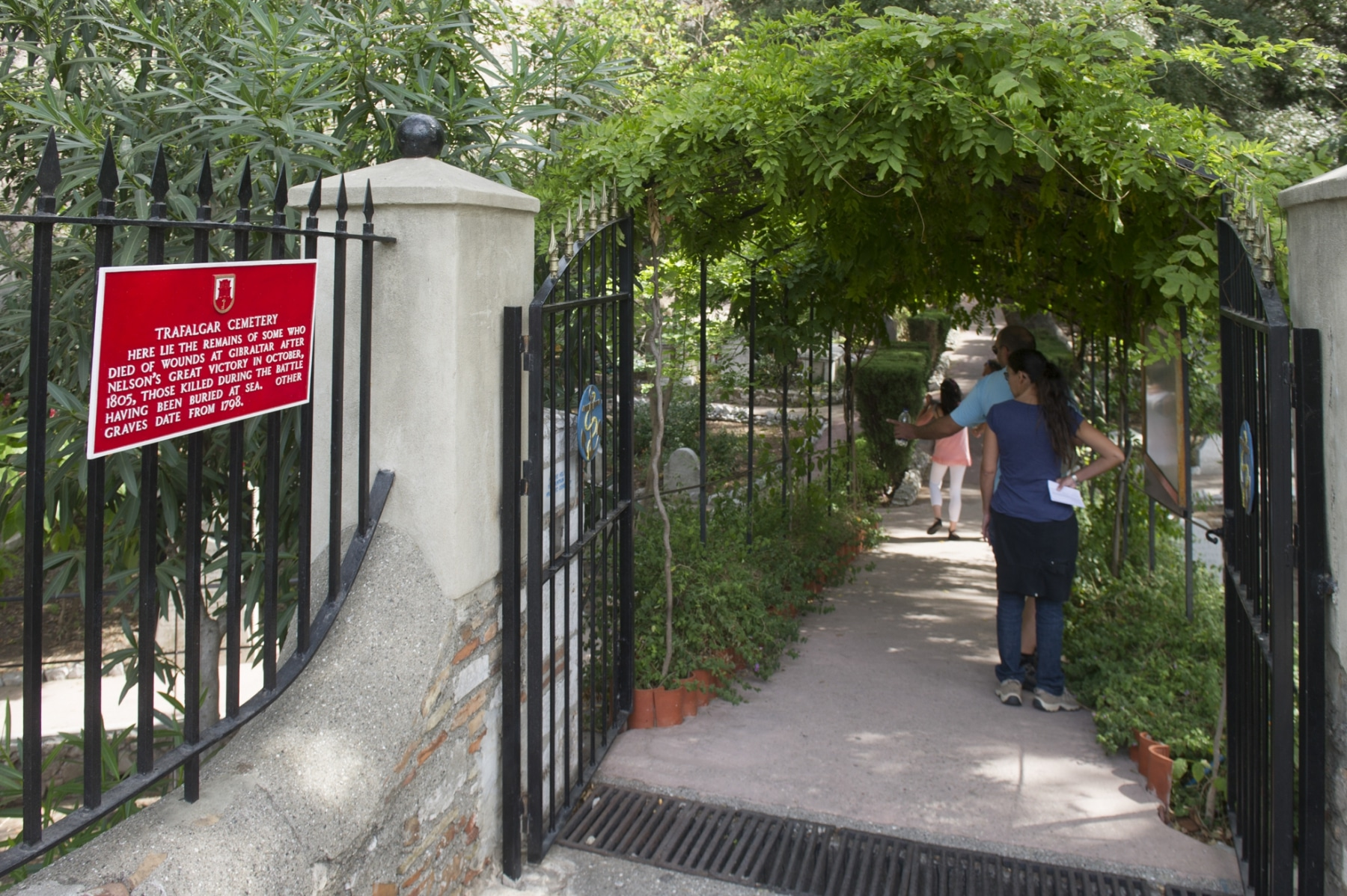 la-entrada-al-cementerio-de-trafalgar-de-gibraltar_22119062523_o