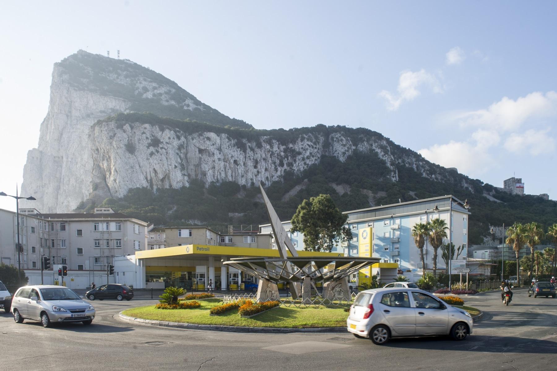 la-rotonda-del-reloj-de-sol-a-la-entrada-de-gibraltar_22117721214_o