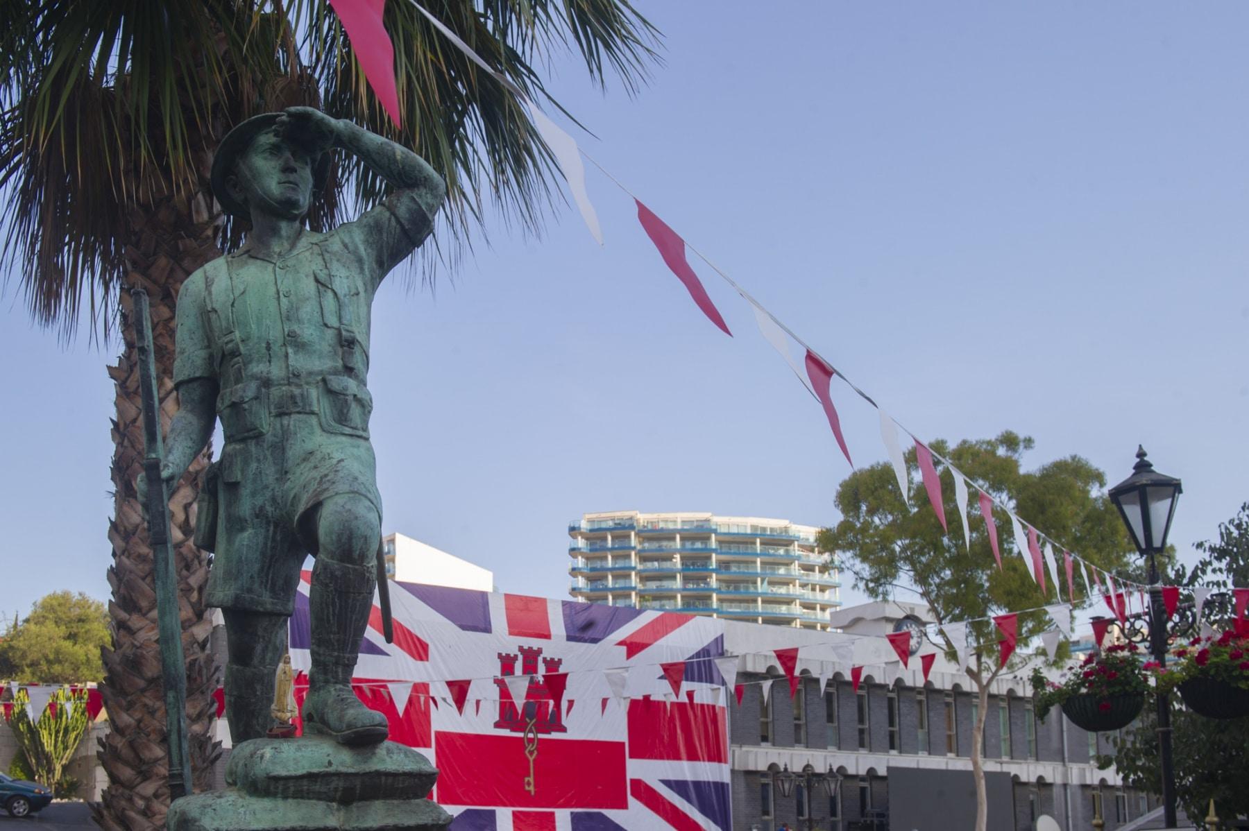 monumento-situado-en-la-plaza-de-casemates-en-gibraltar-en-honor-a-los-gibraltareos-que-participaron-como-voluntarios-en-la-ii-guerra-mundial_22714410926_o