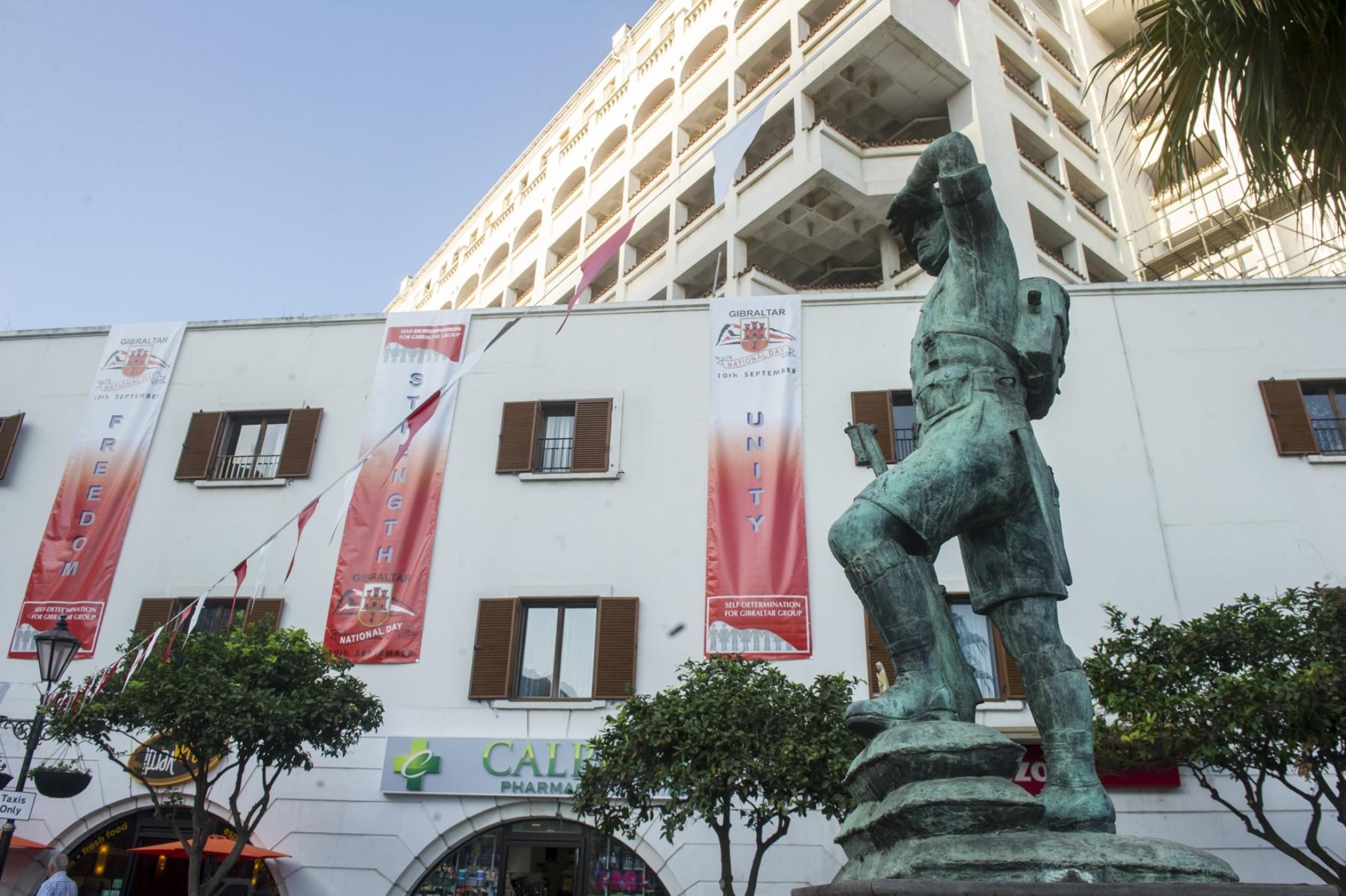 monumento-situado-en-la-plaza-de-casemates-en-gibraltar-en-honor-a-los-gibraltareos-que-participaron-como-voluntarios-en-la-ii-guerra-mundial_22751645041_o