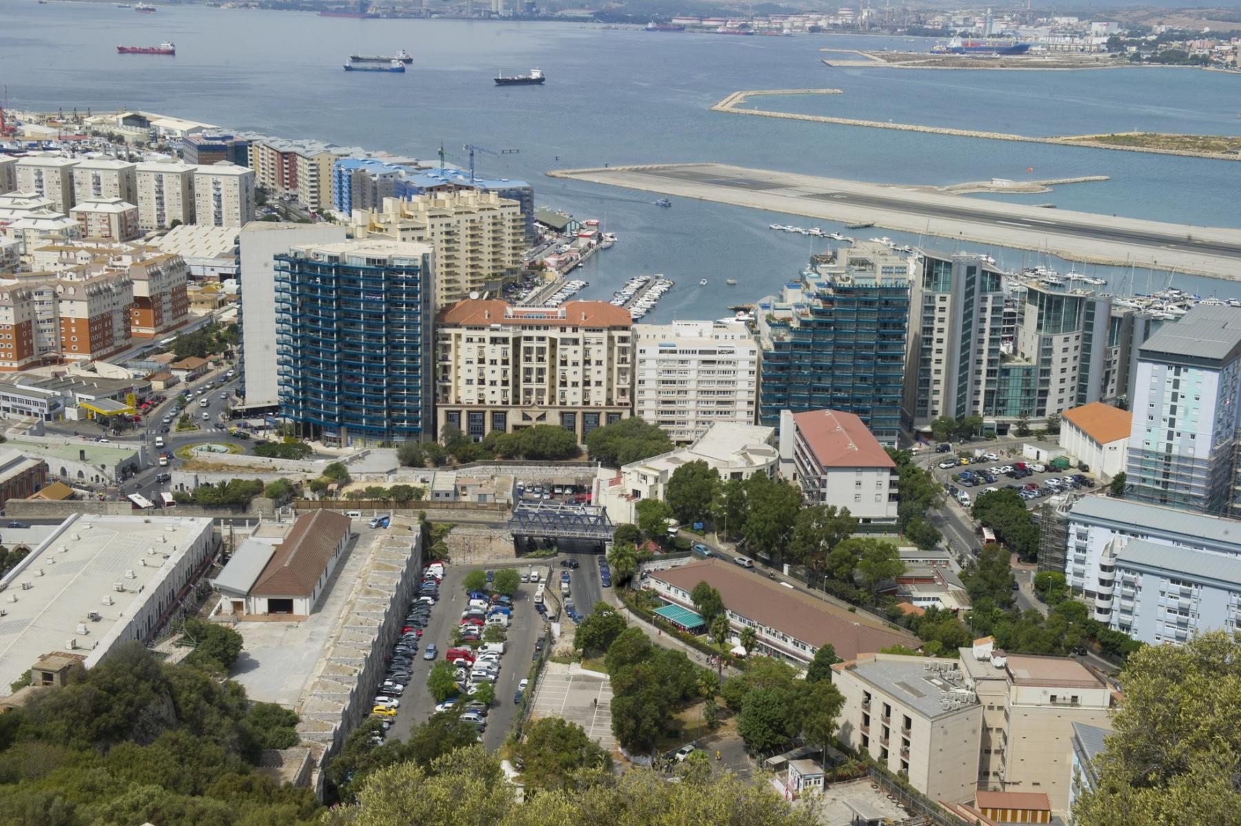 ocean-village-la-pista-del-aeropuerto-de-gibraltar-y-al-fondo-espaa_22714315336_o
