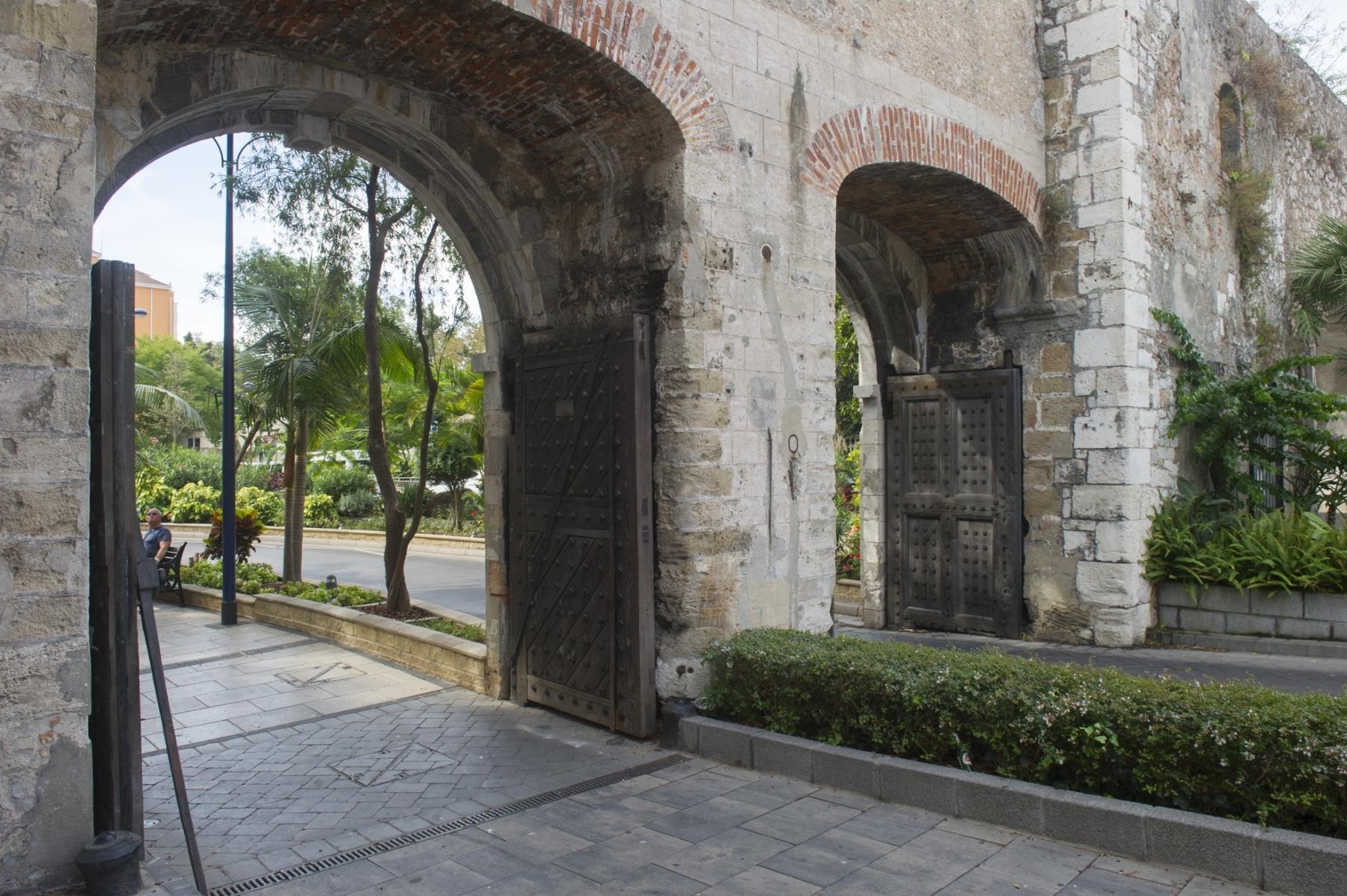 southport-gates-y-las-murallas-de-carlos-v_22552279570_o