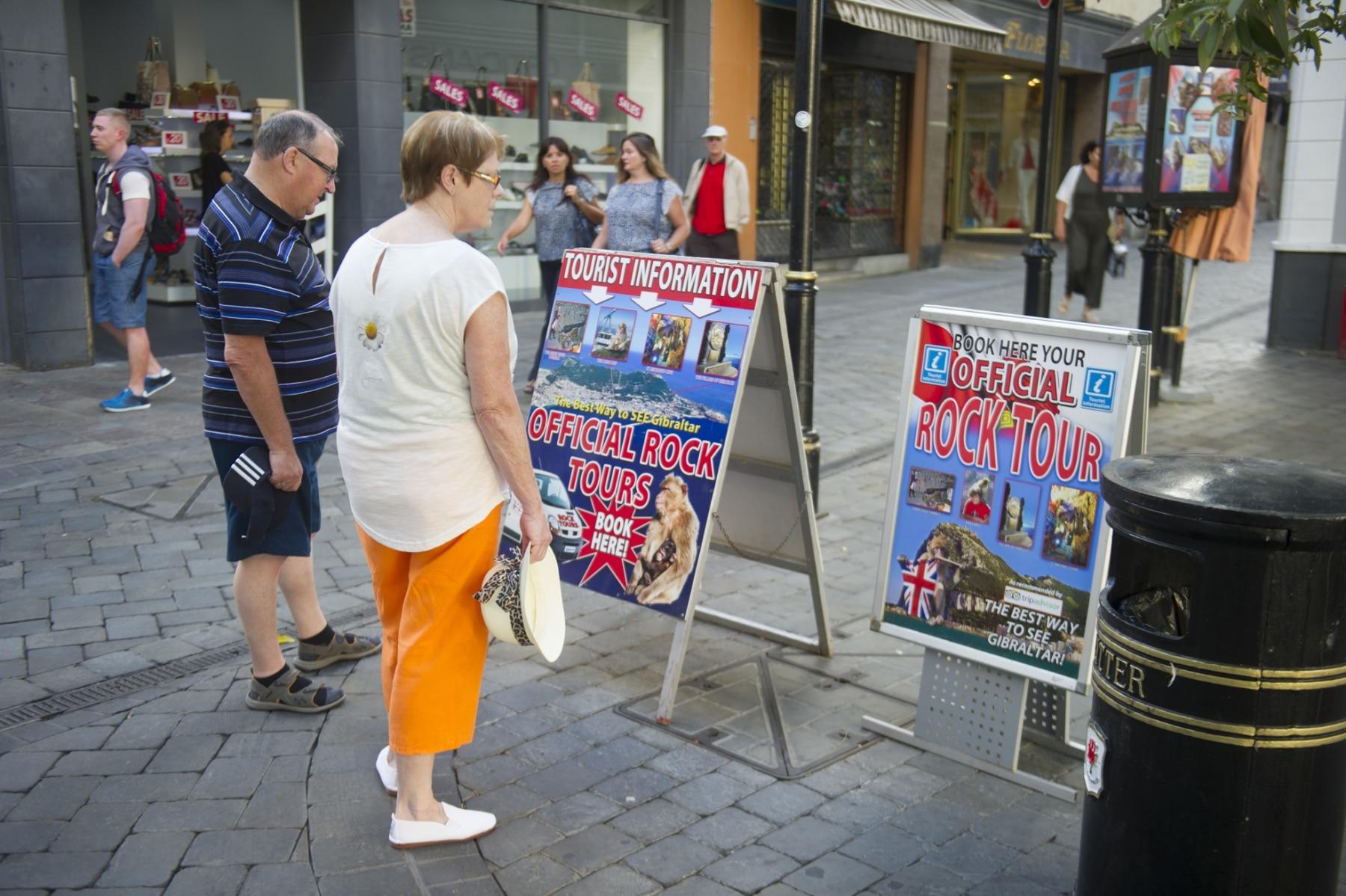 turismo-por-la-calle-real-de-gibraltar_22740394265_o