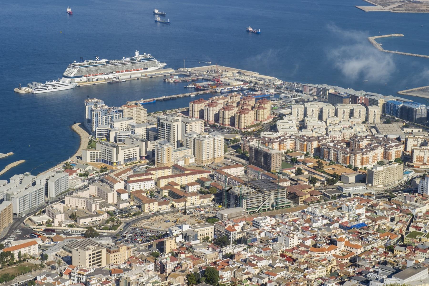 la-ciudad-de-gibraltar-al-fondo-el-moderno-desarrollo-de-ocean-village-y-un-crucero-anclado-en-el-puerto_22739324065_o