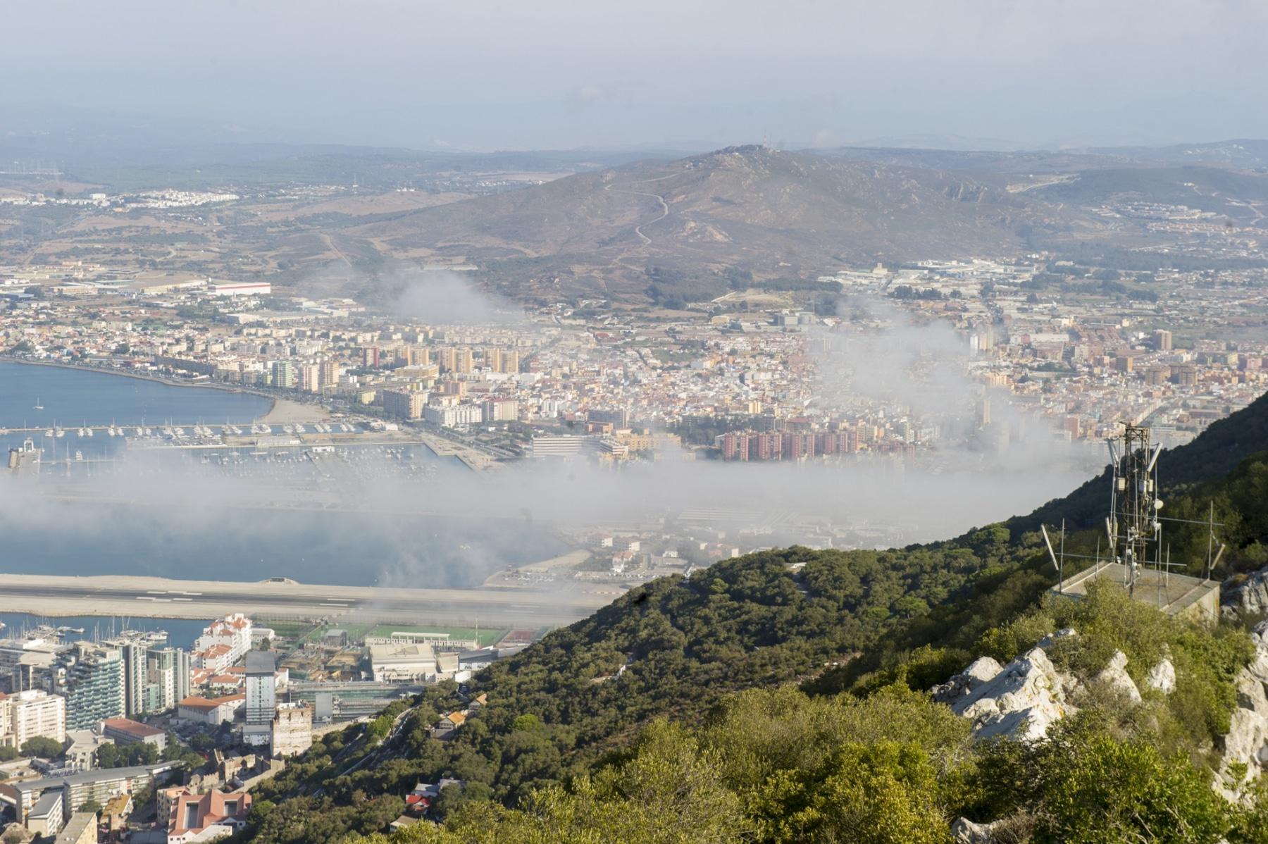 la-nube-de-levante-se-desliza-por-la-pista-del-aeropuerto-de-gibraltar_22551395120_o