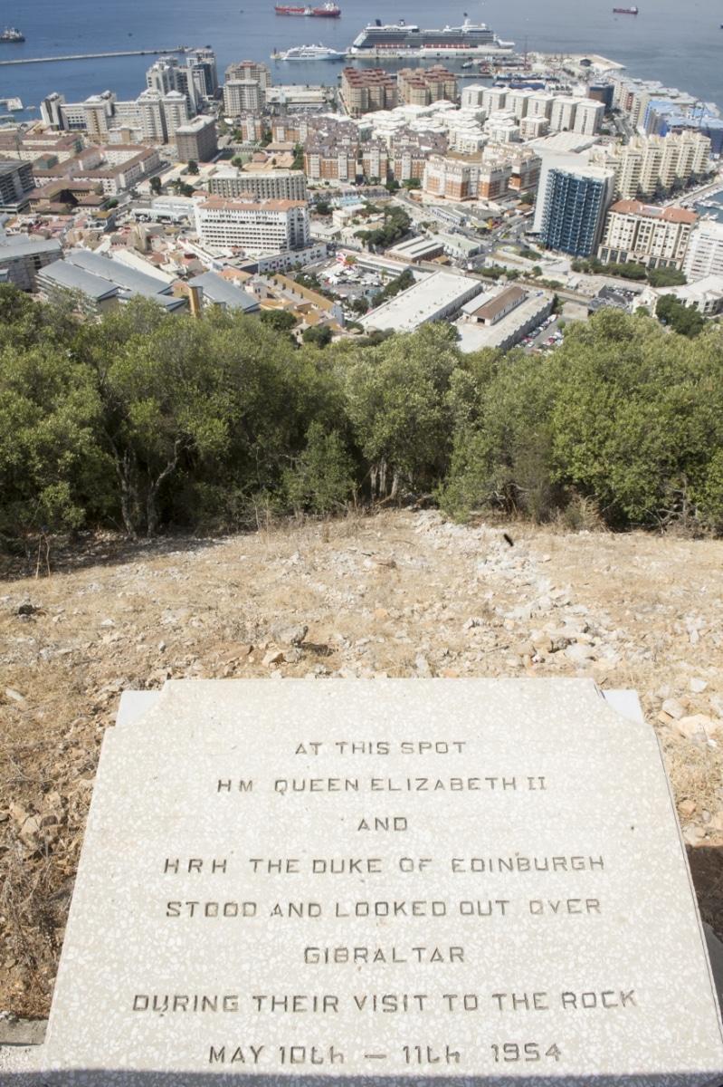 la-reina-isabel-ii-visit-gibraltar-en-1954-desde-este-punto-contempl-las-vistas-que-se-disfrutan-desde-la-parte-alta-del-pen_22117034024_o