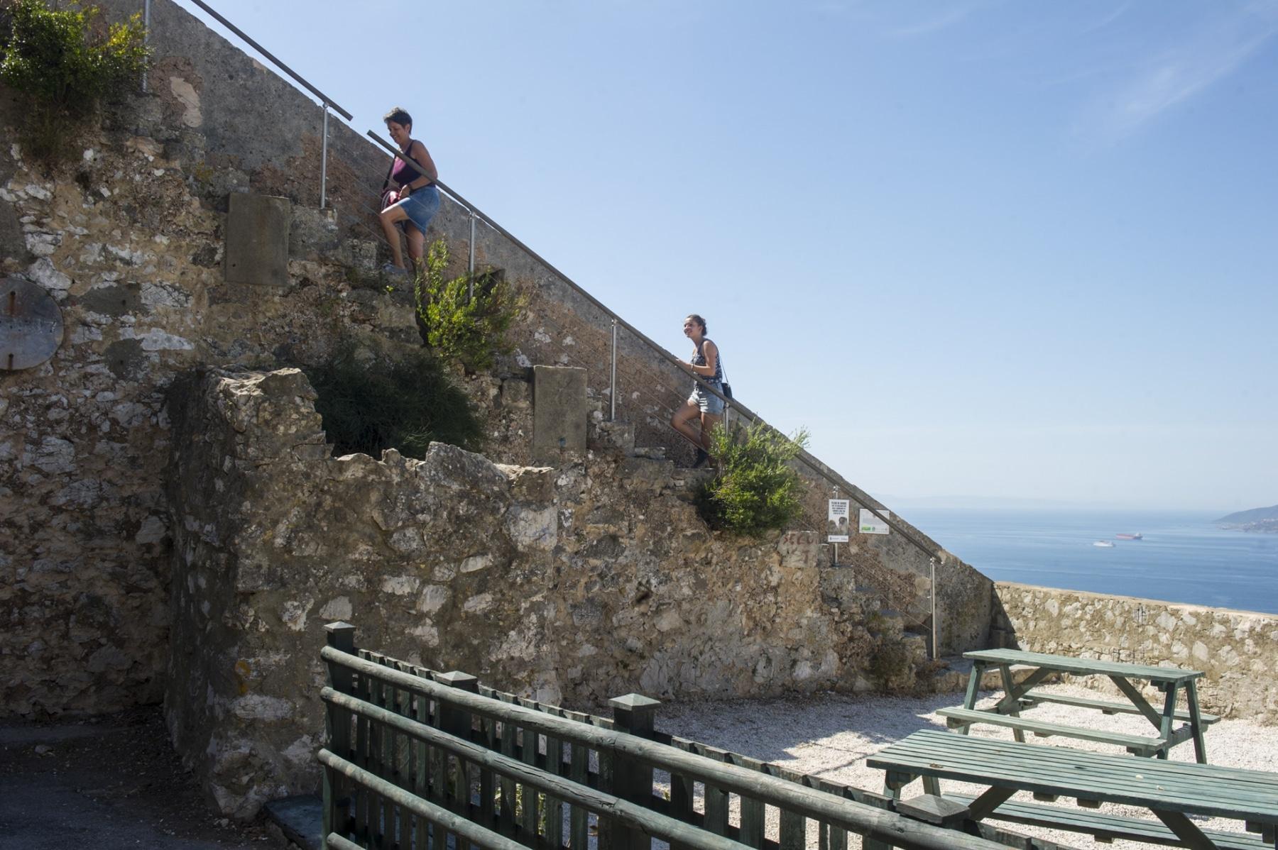 los-escalones-del-mediterrneo-suben-desde-la-ciudad-a-lo-ms-alto-del-pen-de-gibraltar_22118571933_o