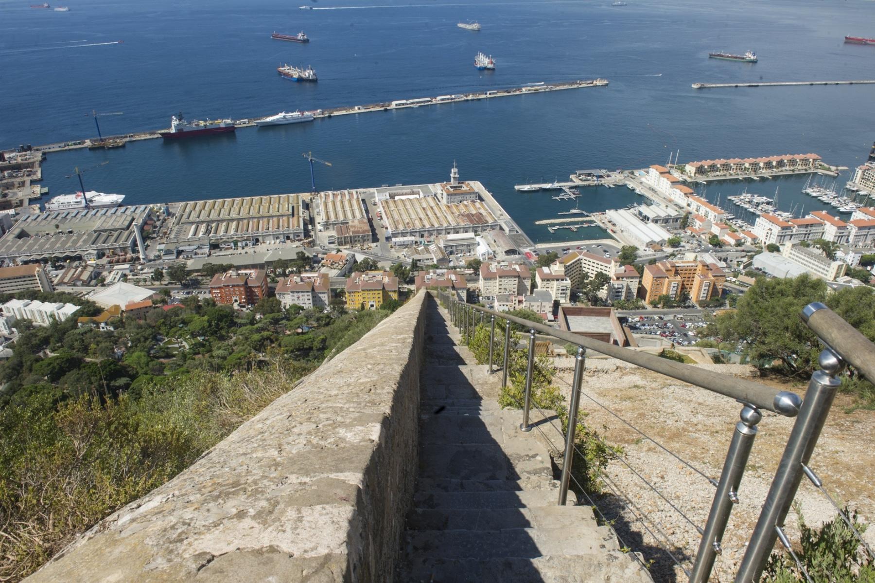 los-escalones-del-mediterrneo-suben-desde-la-ciudad-a-lo-ms-alto-del-pen-de-gibraltar_22713647666_o