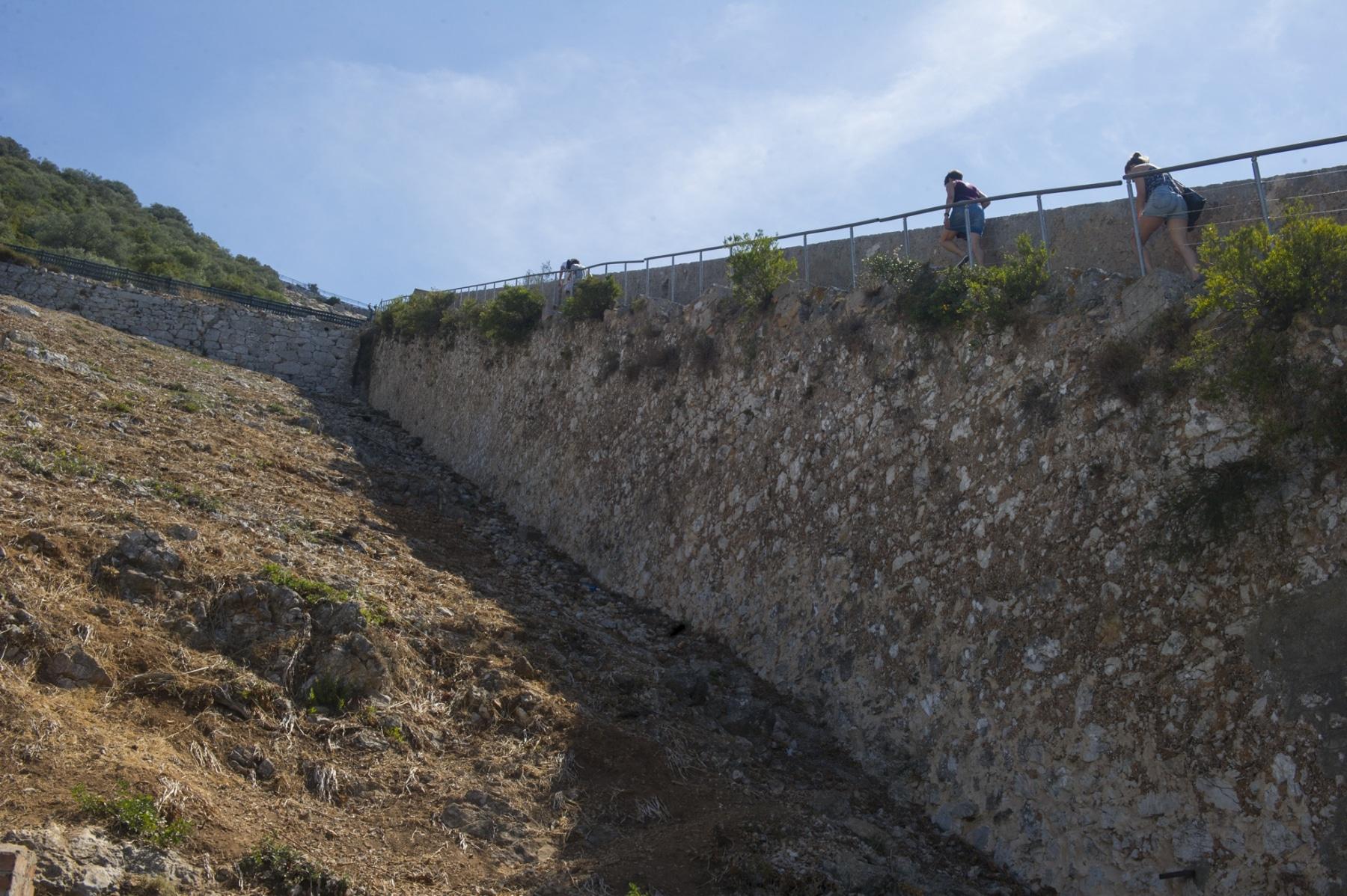 los-escalones-del-mediterrneo-suben-desde-la-ciudad-a-lo-ms-alto-del-pen-de-gibraltar_22726117412_o