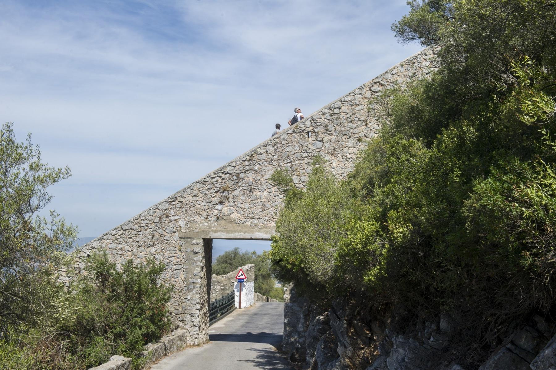 los-escalones-del-mediterrneo-suben-desde-la-ciudad-a-lo-ms-alto-del-pen-de-gibraltar_22739694735_o