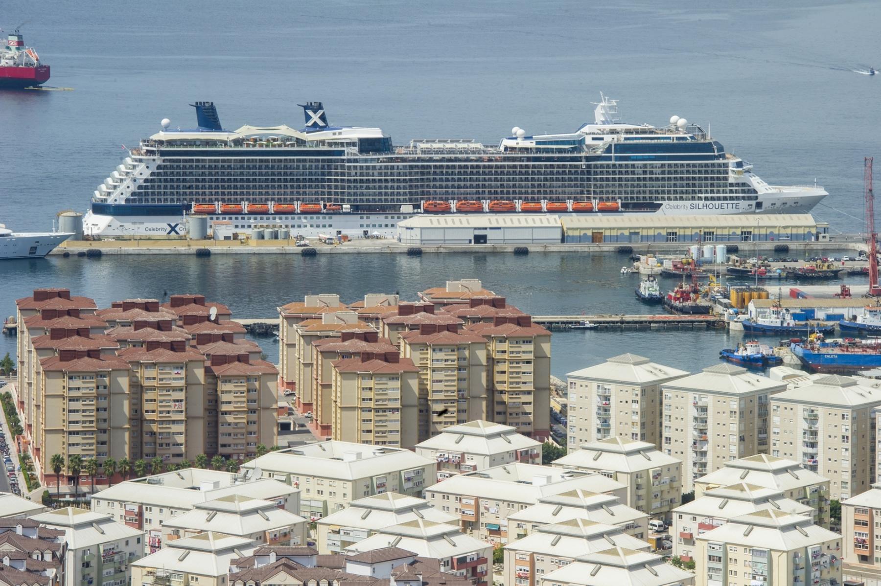 un-crucero-anclado-en-el-puerto-de-gibraltar_22118659433_o