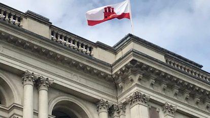 Bandera de Gibraltar en el Foreign, Commonwealth & Development Office el 10 de septiembre